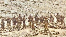 解放軍持關刀上戰場,對印度軍隊隔空叫囂(圖/翻攝自推特)