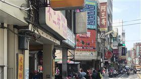 彰化知名蛋黃酥9日起暫停現場銷售因蛋黃酥而聲名大噪的彰化市不二坊糕餅店,9日起暫停現場銷售蛋黃酥,不過8日仍可見店外民眾大排長龍。中央社記者吳哲豪彰化攝 109年9月8日