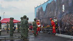 澎湖民安6號演習 總動員過程逼真(2)澎湖縣109年「民安6號演習」8日登場,假想澎湖地區發生空難,造成機組員和乘客等重大傷亡,演練內容包括災害搶救、大量傷患醫療救護、重大人命搶救、鄉民撒離收容、國軍支援兵力等,都採實作方式進行。中央社  109年9月8日