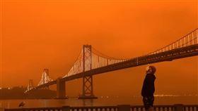 美國加州野火頻傳,20多起大型野火造成北加州舊金山灣區附近大夥產生煙塵,白天猶如黑夜,天空甚至呈現詭譎的暗橘紅色。(圖/翻攝自San Francisco Chronicle YouTube)