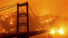 加州野火仍在燃燒中。(圖/美聯社/達志影像)