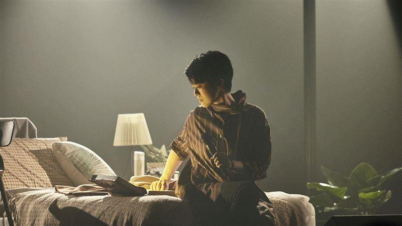 岑寧兒演唱會竟躺著唱 把床搬上台