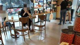 女打翻飲料假裝沒事(圖/翻攝自爆怨公社)