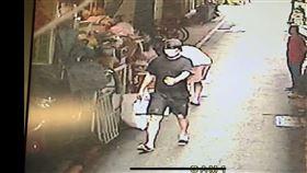 黑幫大哥池泳霖的兒子池勁緯,7日闖台北新光三越站前店內金飾店行竊,被警方逮獲。(圖/翻攝畫面)