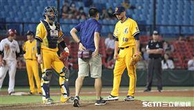 ▲中信兄弟先發投手雷艾斯受傷退場。(圖/記者劉彥池攝影)