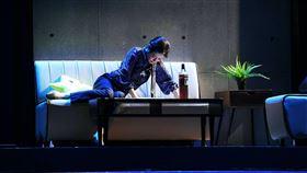 尹馨與惡劇場版豪飲3瓶酒 自揭只是烏龍茶演員尹馨在故事工廠舞台劇「我們與惡的距離」中,飾演被害者家屬「宋喬安」,戲中用3瓶酒跟丈夫提離婚,尹馨透露酒瓶內都是烏龍茶。(故事工廠提供)中央社記者葉冠吟傳真 109年9月10日