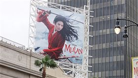 迪士尼電影真人版花木蘭廣告看板迪士尼電影真人版「花木蘭」(Mulan)原訂3月27日在美國上映,受到疫情影響,延到9月4日在串流平台上播出。圖為好萊塢的大型廣告看板。中央社記者林宏翰洛杉磯攝 109年9月5日