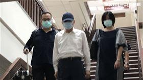 ▲立委收賄案,李恆隆走出法院時,對著媒體鏡頭比了「噓..」的手勢。(圖/記者楊佩琪攝)