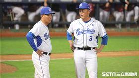 ▲富邦悍將總教練洪一中、投手教練吳俊良。(圖/記者劉彥池攝影)