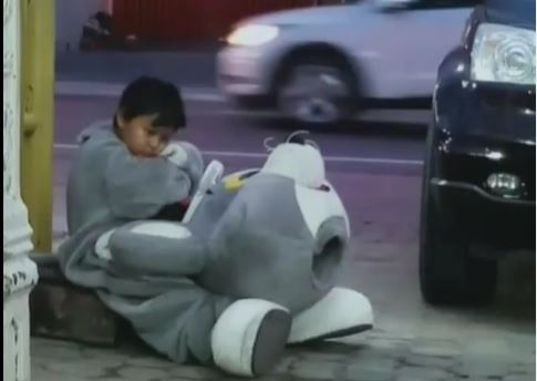 布偶裝頭套脫下是9歲童…走10公里賺錢:可以買飯回家了