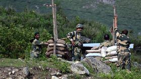 印度日前指控,中國邊防軍疑似在中印東段邊界綁架5名印度公民。中共外圍官媒環球時報12日引述消息人士說法指稱,這5名印度人是「裝扮成獵人的印方情報人員」。圖為印度軍方在與中國邊界設立軍事掩護。(圖/安納杜魯新聞社提供)