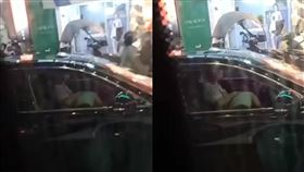 街頭目睹女子趴在駕駛下半身上「規律上下動」。(圖/翻攝自爆廢公社公開版)