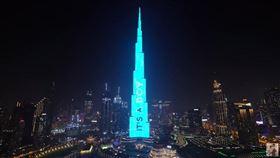 在杜拜有一對網紅夫妻辦寶寶性別派對的時候,把派對標準提高到一個全新高度,至今無人能超越,他們竟然直接包下全世界最高建築杜拜「哈里發塔」來向全世界宣布寶寶的性別。(翻攝自anasala family I أنس و أصالة YouTube頻道)