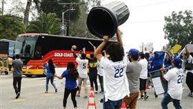 ▲道奇球迷對太空人敲垃圾桶抗議。(圖/翻攝自@AsteriskTour 推特)