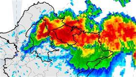 氣象局長鄭明典臉書提醒,一早雷聲大作雷雨不斷是鋒面後方東北風受地形舉升增強的對流。(圖/翻攝自鄭明典臉書)