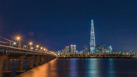 大韓民國首都「首爾」是國際旅客去到韓國的目的地首選,集中全國近5成的人口,不旦是國家的經濟中心,也被稱之為「世界超大城市」。不過一名網友認為首爾的地理位置距離北方邊境太近,便以「為什麼韓國首都都不設在釜山」為題發問,貼文一出,引來不少網友分析原因。首爾塔,韓國,首爾(圖/翻攝自Pixaby)