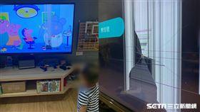 男童拯救佩佩豬砸電視/方爸爸授權提供(其他稿件勿用)