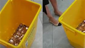 公司騎三輪車付離職金!「2.5萬硬幣」裝垃圾桶:快數阿▲。(圖/翻攝自微博)