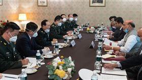 中印防長會晤無共識 雙方強調協商解決邊境問題中國國防部長魏鳳和與印度國防部長辛赫當地時間4日在莫斯科會晤。據新華社報導,雙方均強調透過對話協商解決邊境問題,會後並未發布任何共識。(中新社提供)中央社 109年9月5日