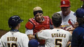 ▲聖路易紅雀資深捕手Yadier Molina被球棒揮擊到手腕後,還起身與對手吵架。(圖/美聯社/達志影像)