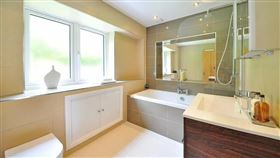 在浴室避免滑倒,除了穿防滑拖鞋、防滑磁磚也是選擇。(圖/翻攝自Pixabay)