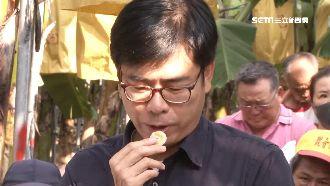 訪蕉農關心產銷 陳其邁開吃賣旗山蕉