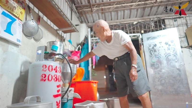 88歲豆花伯「透早煮黃豆」短片曝光 湧入萬人留言打氣