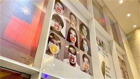 駐紐約辦事處貼廣告  強調台灣可以幫忙第75屆聯合國大會15日開幕,駐紐約辦事處大門上方張貼傳達政府參與聯合國推案訴求的「台灣可以幫忙」(Taiwan can help)廣告。(駐紐約辦事處提供)中央社記者尹俊傑紐約傳真  109年9月17日