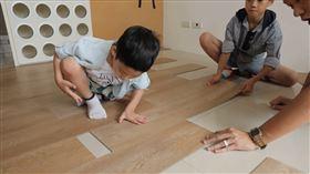 DIY也可以!特力屋塑膠地板易拆裝 輕鬆讓家煥然一新