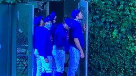 ▲空拍機亂入球場,美國職棒比賽暫停。(圖/翻攝自推特)
