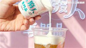 鮮乳坊、喫茶小舖合推「優格奶蓋飲」(圖/鮮乳坊提供)