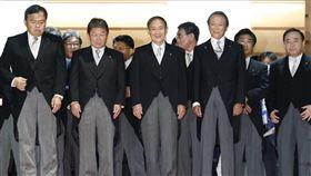 日本首相菅義偉(前中)16日上任,日本經濟新聞與東京電視台16日與17日的民調顯示,菅義偉內閣支持率達74%,在歷代新內閣民調中排名第3。(圖/共同社)