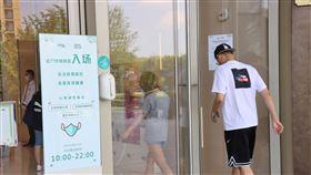 疫後上海人潮漸恢復  防疫氣氛淡(2)武漢肺炎疫情爆發8個月後,上海防疫氣氛已不緊張。一些商場公告要求戴口罩或出示健康碼,但不是所有顧客都遵守。中央社記者張淑伶上海攝  109年9月6日
