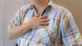 亞洲大學附屬醫院心臟科個管師梁瓊文提醒,突發性胸悶、胸痛、呼吸喘、冒冷汗等,可能是心肌梗塞徵兆,應立即就醫檢查,以免錯過90分鐘黃金治療時間。(示意圖非新聞當事人/亞大醫院提供)
