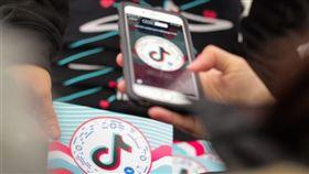 美國川普政府宣布20日起境內禁止下載TikTok並禁用微信,中國隨即推出「不可靠實體清單規定」,頗有報復意味。(圖/翻攝自facebook.com/tiktok)
