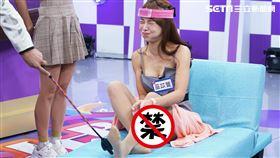樂天啦啦隊隊長巫苡萱在遊戲中輸了,遭腳底板毒打慘叫聲連連/狼谷育樂台提供