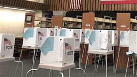 現場投票難 疫情波及11月美大選距離美國大選不到100天,爭取連任的美國總統川普反對郵寄投票,但現場投票又恐加深武漢肺炎疫情變數。圖為加州聖荷西(San Jose)於3月3日美總統初選前一處投票站,圖攝於108年2月28日。中央社記者周世惠舊金山攝  109年8月25日
