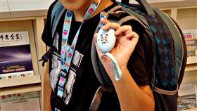 維護學童安全 北市小學全面發防身警報器為維護學童安全,台北市政府教育局107學年度全面發放防身警報器給國小學童。圖為西松國小學生張岳衡示範警報器配戴方式。中央社記者陳妍君攝 107年9月5日
