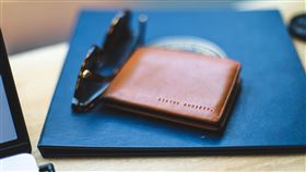 額頭,錢包,水。(圖/翻攝自unsplash)