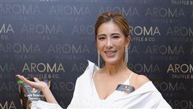 小禎今(19日)擔任新加坡黑松露洋芋片品牌Aroma Truffle一日店長。圖/品牌提供