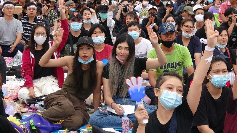 要求王室改革!曼谷大皇宮湧2萬群眾 高喊「政府下台」