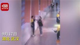 中國,湖北,武漢,國中,撲克牌,巴掌,管教,跳樓(圖/翻攝自時間視頻)