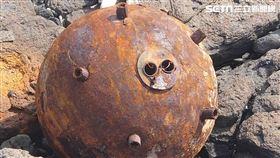 ▲澎湖發現疑似水雷的金屬圓球(圖/民眾劉榮旗提供)