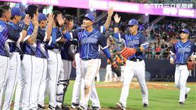 ▲富邦悍將球員慶祝勝利。(圖/記者劉彥池攝影)