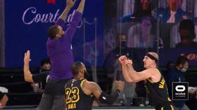 NBA/JR想撞胸慶祝…被隊友閃開 NBA,季後賽,洛杉磯湖人,J.R. Smith,Alex Caruso,LeBron James 翻攝自推特