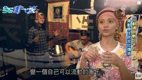 ▲台灣原住民金曲歌手阿爆,收錄原住民歌謠放在網路上,透過數位音樂的概念,讓慢慢失傳的文化,再度受到重視。(圖/5G衝一波 製作單位提供)