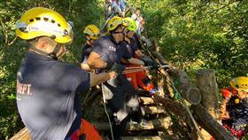垂降 消防人員 大坑步道(圖/台中市消防局提供)