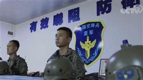 共軍空降兵演習!指揮室驚見「8繁體字」…國軍用了16年▲。(圖/翻攝自微博)