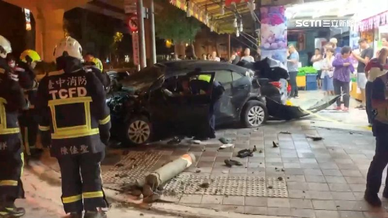 轎車撞小黃起火 駕駛受困3傷送醫