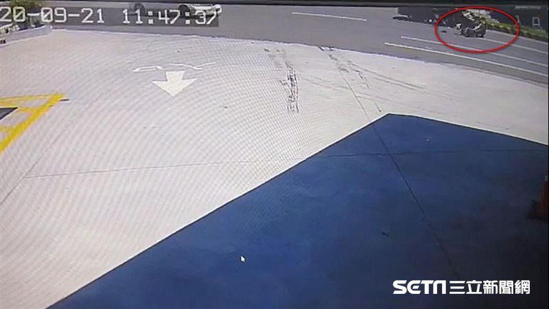 騎士遭撞趴引擎蓋慘死 驚悚畫面曝光